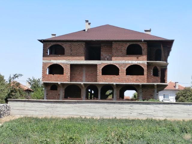 Жилищна сграда в село Варвара